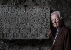 Adrian-Maben-davanti-iscrizione-Anfiteatro-Pompei-e1435944034826-750x400