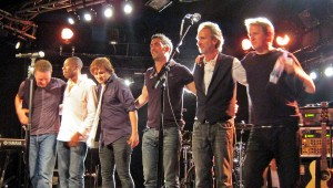 1200px-Mike_and_the_Mechanics_2012